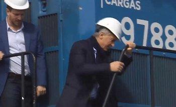 El blooper de Mauricio Macri al bajar de una escalera | Mauricio macri