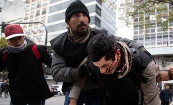 Represión en la 9 de Julio: la Policía golpeó y detuvo a un manifestante   Emergencia alimentaria