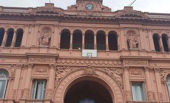 Insólito: el Gobierno puso un aro de básquet en el frente de Casa Rosada  | Casa rosada