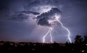 Impactante: una cámara registró la caída de un rayo en Lanús | Tormentas