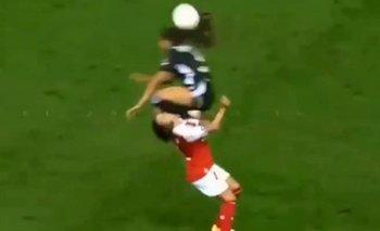 Brutal jugada en el fútbol femenino: patada a la cabeza y expulsión | Fútbol