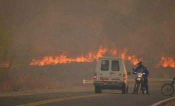 Incendios en Córdoba: el video de bomberos atravesando las llamas | Córdoba