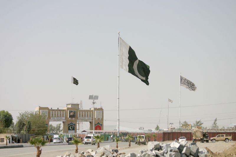 Con el aeropuerto cerrado, afganos ahora buscan las fronteras | Afganistán