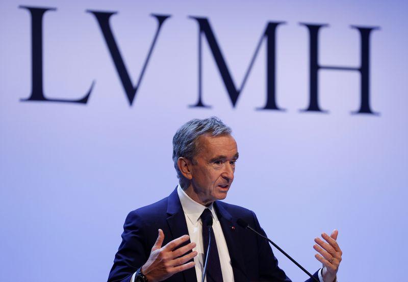 El multimillonario francés Bernard Arnault vende su participación en Carrefour   Mercados