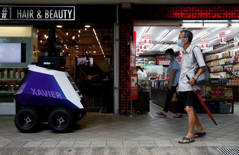 Prueban robots patrulleros para disuadir el mal comportamiento social | Inseguridad
