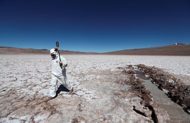 Argentina apuesta al litio para la industria de celulares y autos eléctricos   Producción
