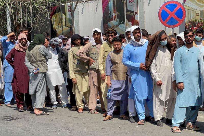 A un mes de la toma del poder por los talibanes la economía de Afganistán en llamas | Afganistán
