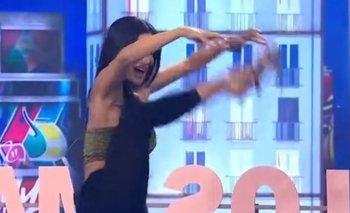 Silvina Escudero casi se cae en vivo en Los Mammones   Televisión