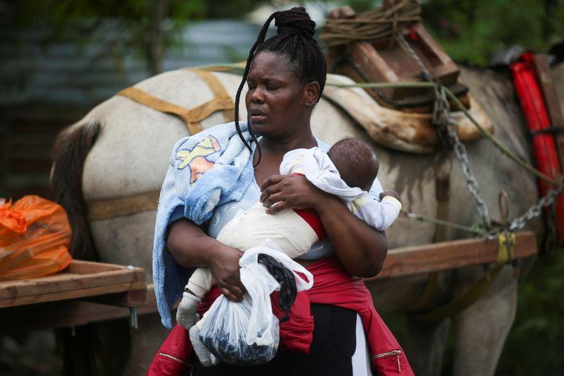 Caravana de migrantes haitianos atraviesan Panamá camino a EEUU | Inmigración