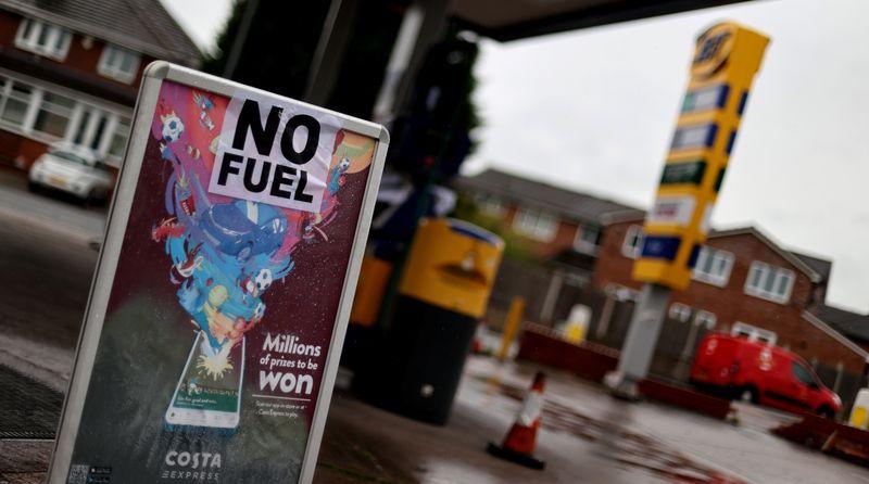 Caos total en Reino Unido: el Ejército sale con camiones de combustible | Combustibles