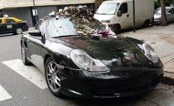 Ciudad: dejó su Porsche mal estacionado y se lo llenaron de basura | Caballito