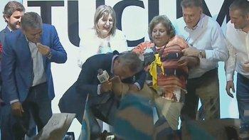 Macri, en modo Manosanta: le besó al pie a una señora | Elecciones 2019
