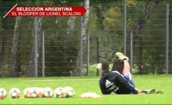 Insólito blooper de Scaloni: quiso patear al arco y terminó en el piso | Selección argentina