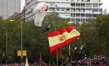 Un paracaidista quedó atascado en un poste de luz frente al rey de España | España