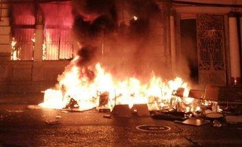 Toque de queda en Chile: incendian la sede del Mercurio de Valparaíso | Chile