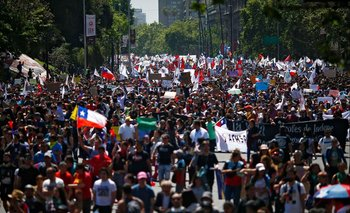 Chile: el tenso momento del movilero de TN en plena manifestación   Crisis en chile