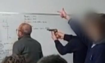 Adolescentes apuntaron con un arma a un profesor en plena clase | Violencia