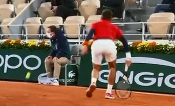Roland Garros: Djokovic volvió a darle un pelotazo a un juez de línea | Tenis