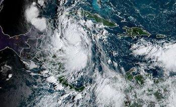 El Huracán Delta ya está en fase 4 y llega a México: los videos | Fenómenos naturales