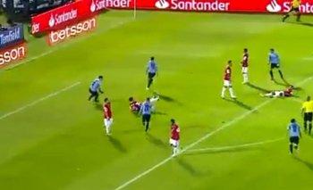 La repudiable actitud de Luis Suárez con un rival tras un gol de Uruguay | Fútbol