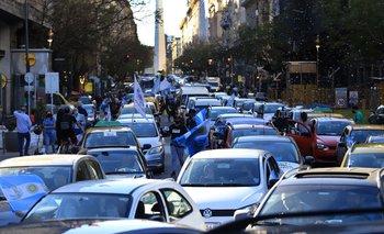 Caravana en homenaje a Néstor Kirchner: Alberto saludó desde el balcón | Homenaje a néstor kirchner