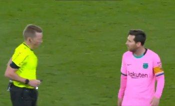 Sacado, Messi le tiró un pelotazo a un árbitro en pleno partido | Liga española