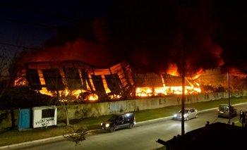 Se incendiaron tres galpones en el Parque Industrial de Quilmes | Provincia