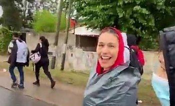 Pampita fue caminando a Luján, la sorprendió la lluvia y encontró una solución | Redes sociales
