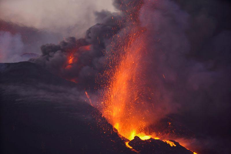 El flujo de lava se intensifica en La Palma tras el derrumbe del cono volcánico | Volcán