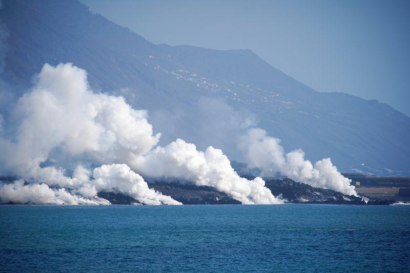 El aeropuerto de La Palma cierra por las cenizas del volcán | Volcán