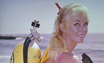 Quién es Valerie Taylor, la mujer que juega con tiburones | Cine
