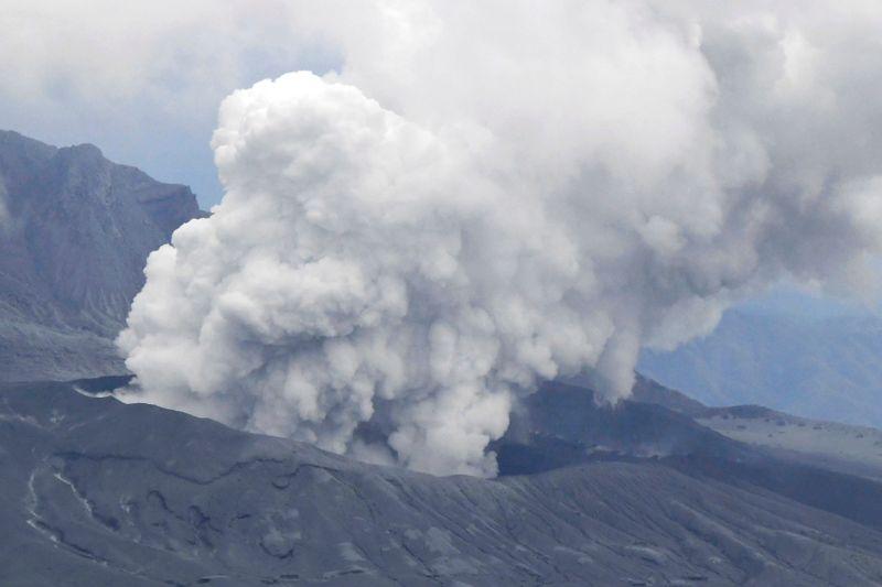 Impactante erupción de un volcán japonés causa terror entre habitantes | Japón