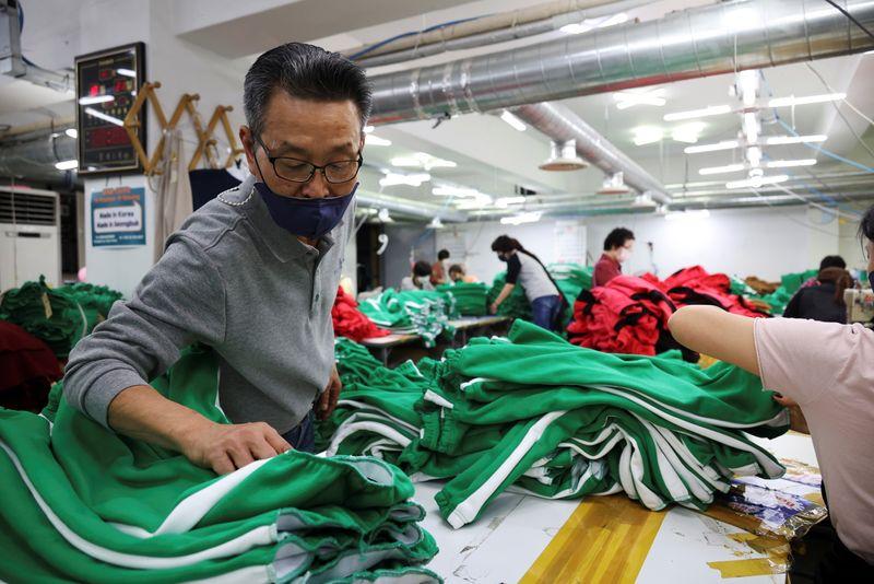 """Gran demanda de trajes de """"El juego del calamar"""" anima al complicado sector textil en Corea del Sur   Corea"""