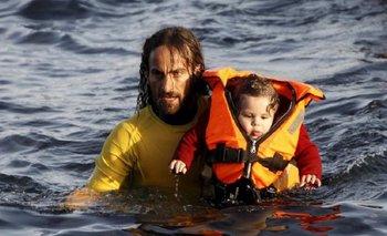 La foto del rescatista argentino que da la vuelta al mundo   Refugiados