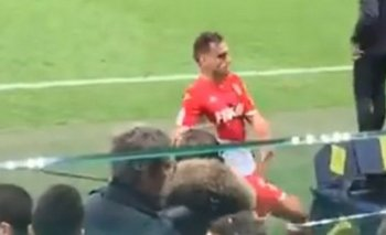 A patadas, la violenta reacción de un jugador contra el VAR | Fútbol