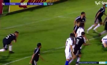 Insólita actuación de futbolista para simular un penal | Video