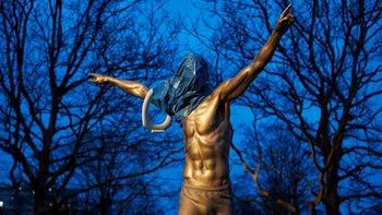 El calvario de Ibrahimovic en Suecia: quemaron su estatua   Fútbol
