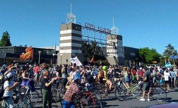 Realizan caravana de autos y una bicicleteada contra la venta del Costa Salguero | Ciudad de buenos aires