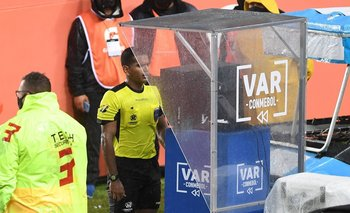 El VAR y otra actuación para el olvido que perjudicó a Racing ante Flamengo | Fútbol