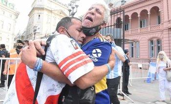 Llorando por Diego: la foto viral de un hincha de River y Boca abrazados | Un país conmocionado