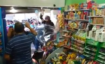 Un policía de la Metropolitana rompió el negocio de un comerciante durante la represión en Congreso | Policía metropolitana