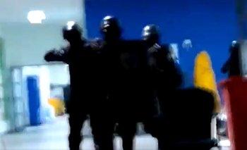 Encapuchados y con armas: brutal desalojo a despedidos  | Impactantes imágenes