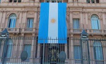 El motivo del Gobierno para colgar una bandera en Casa Rosada | Insólito