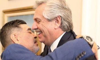 Diego se abrazó con Alberto y saludó desde el balcón   Maradona en la casa rosada