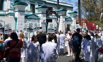 Un médico porteño murió mientras reclamaba por un salario digno  | Coronavirus en argentina