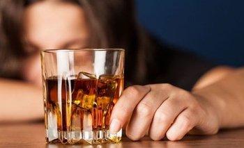 El alcohol bloquea una sustancia que permite prestar atención | Salud