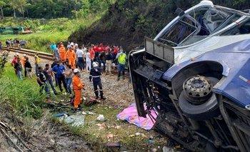 Brasil: desbarrancó un micro y hay al menos 18 muertos   Accidente fatal